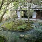 池の脇に建つ旧味噌蔵の庄屋茶寮
